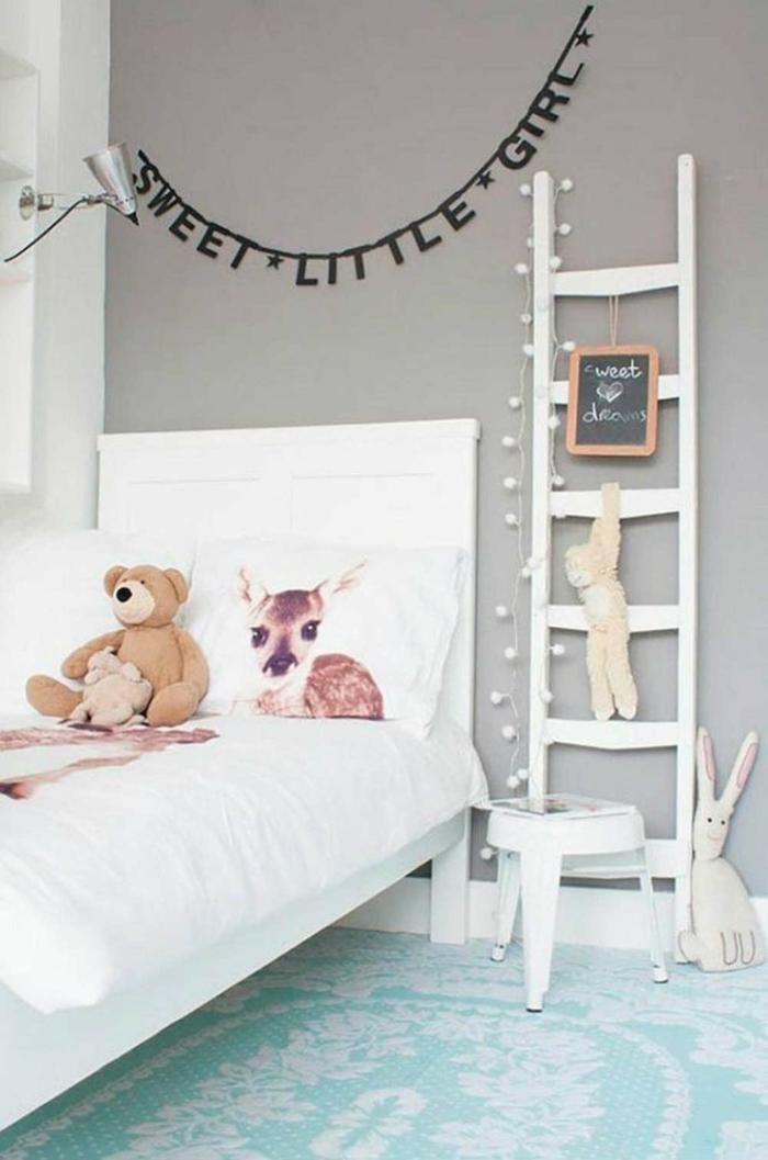 habitaciones infantiles, habitación patra niña, cama y escalera blanca, peluches conejos