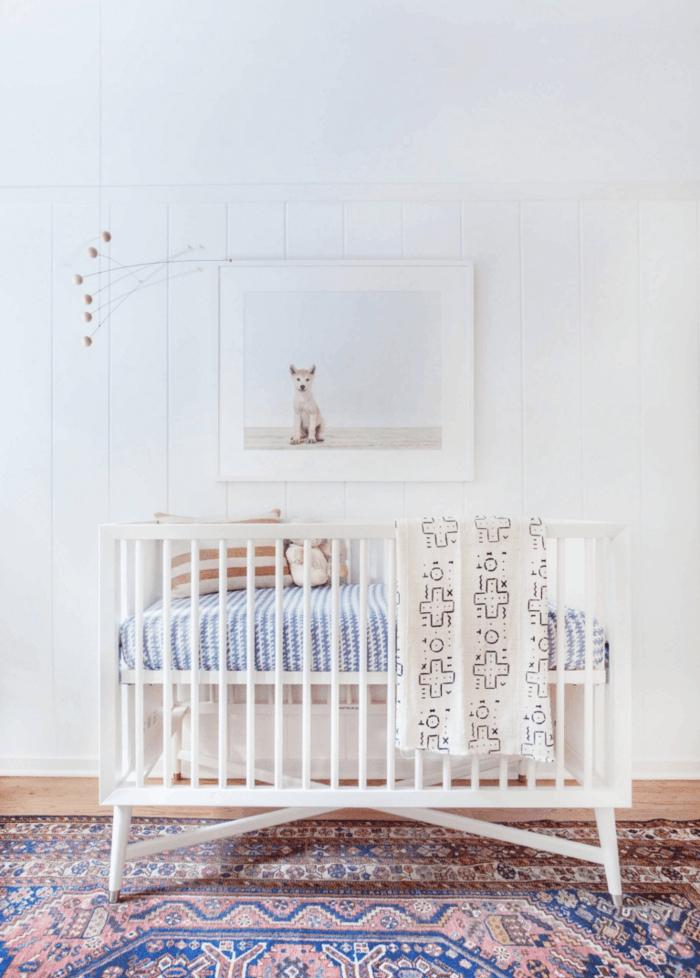 mobiliario infantil, habitación bebé con alfombra, litera blanca, cuadro cn perro