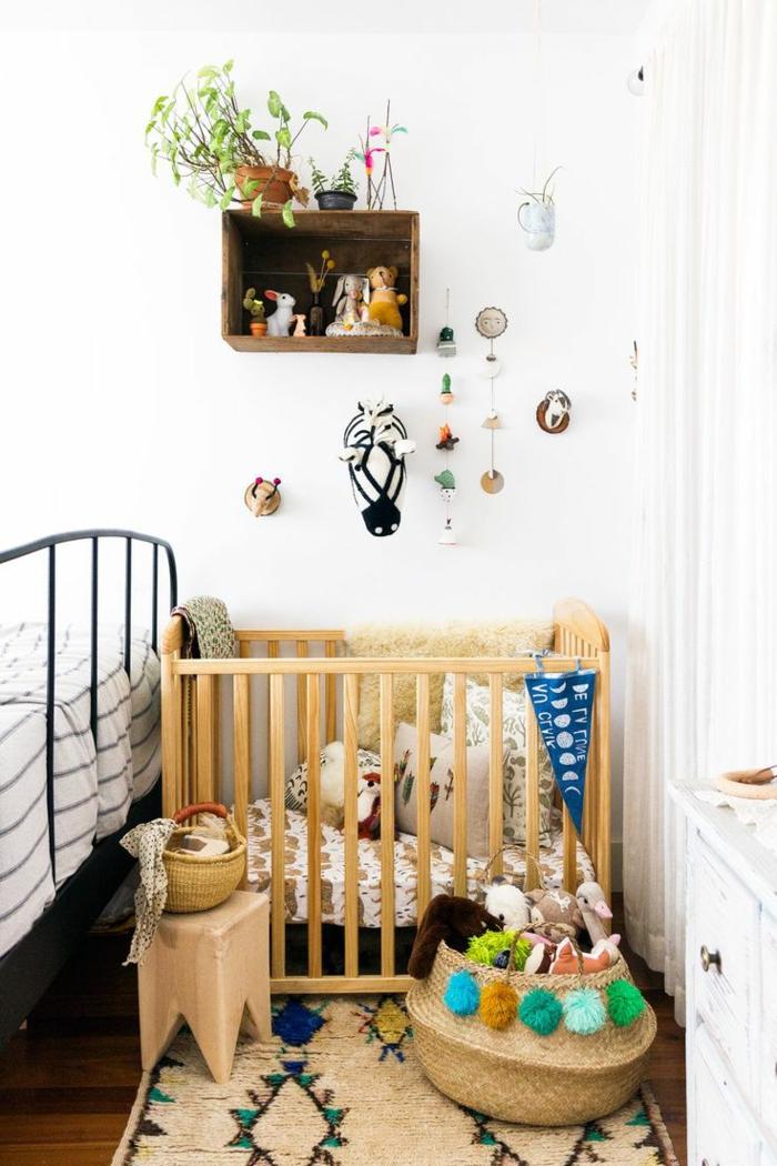 mobiliario infantil, litera de bebé madera clara, canasta con juguetes, decoración de pared