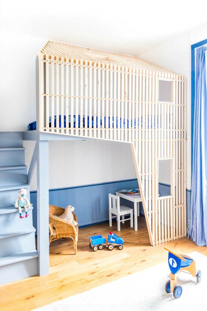 mobiliario infantil, habitación en azul, cama elevada, escaleras y mesita, madera clara