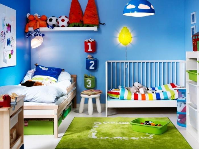 dormitorios juveniles baratos, habitación con paredes azules, tapete verde, cama juvenil y litera, lámpara con nubes