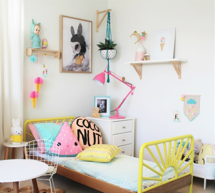 dormitorios juveniles, habitación para chica, cama amarilla, decoraciones en rosa, cojines y mesita