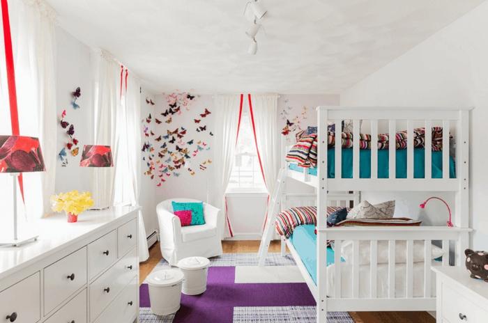 dormitorios juveniles, habitación con litera doble, decoración con mariposas, sillón blanco, tapete en púrpura