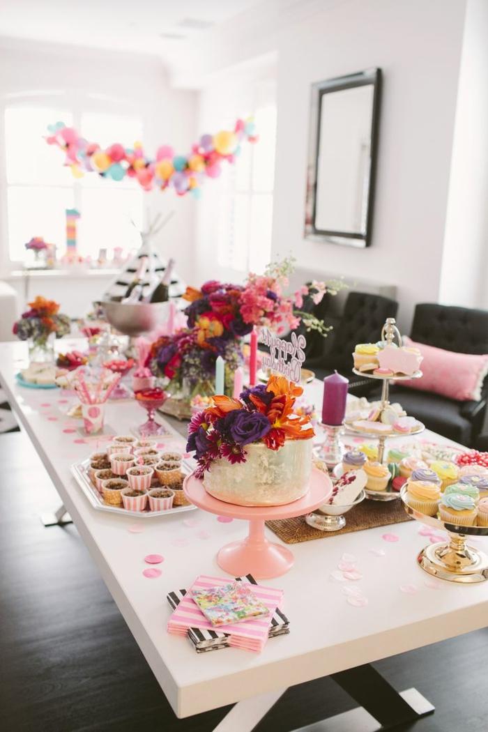 decoracion fiestas, mesa decorada con flores, velas y dulces para cumpleaños