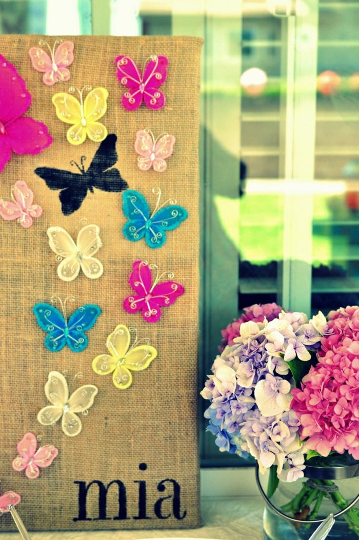 fiesta facil, decoracion con flores y mariposas pegadas en lona
