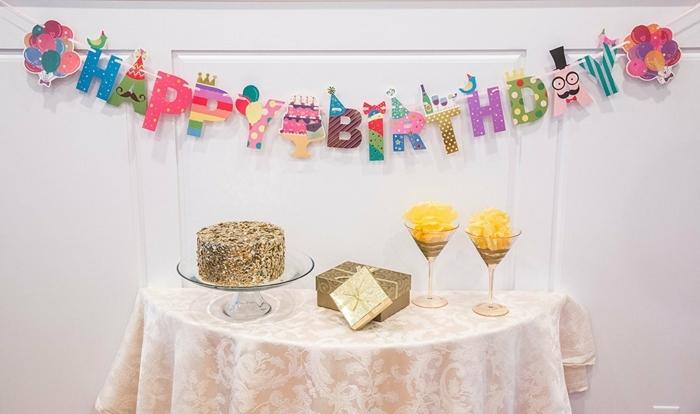 fiesta facil, decoracion cumpleaños con guirnalda happy birthday, pastel y regalos