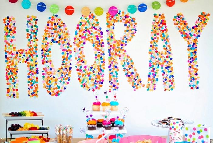 fiesta facil, decoracion para cumpleaños con frase de confetti en pared, dulces y guirnalda