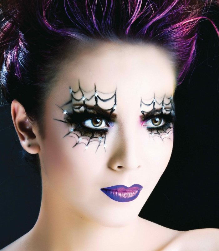 maquillaje bruja, ejemplo vanguardista, colores de la gama lila, decoración en los ojos, telaraña dibujada