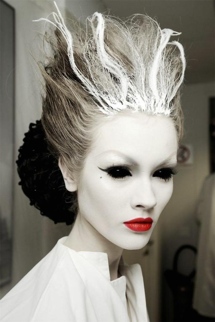 maquillaje bruja, la bruja del hielo, cara pintada en blanco, labios carnosos en rojo, mirada muy profunda, con sombras líquidas