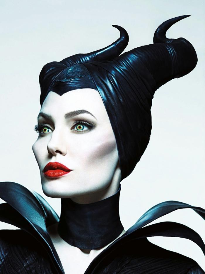 maquillaje de bruja, Angelina Jolie, una idea para Halloween, boca resaltada, pintada en rojo vivo, lentes de contacto