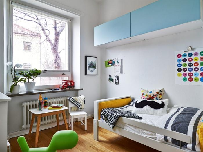 decoracion de habitaciones juveniles, habitación con cama y mesita, cojines y plantas verdes