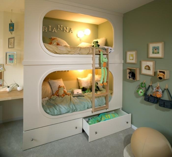 decoracion de habitaciones juveniles, habitación con litera doble, peluche rana, escalera y cuadros