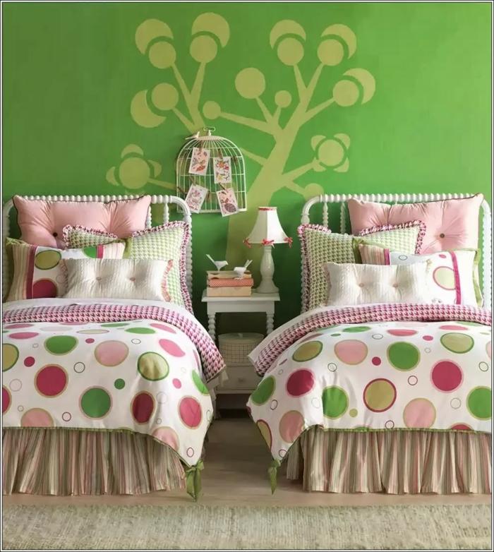 decoracion de habitaciones juveniles, habitación doble, dos literas, pared verde con árbol