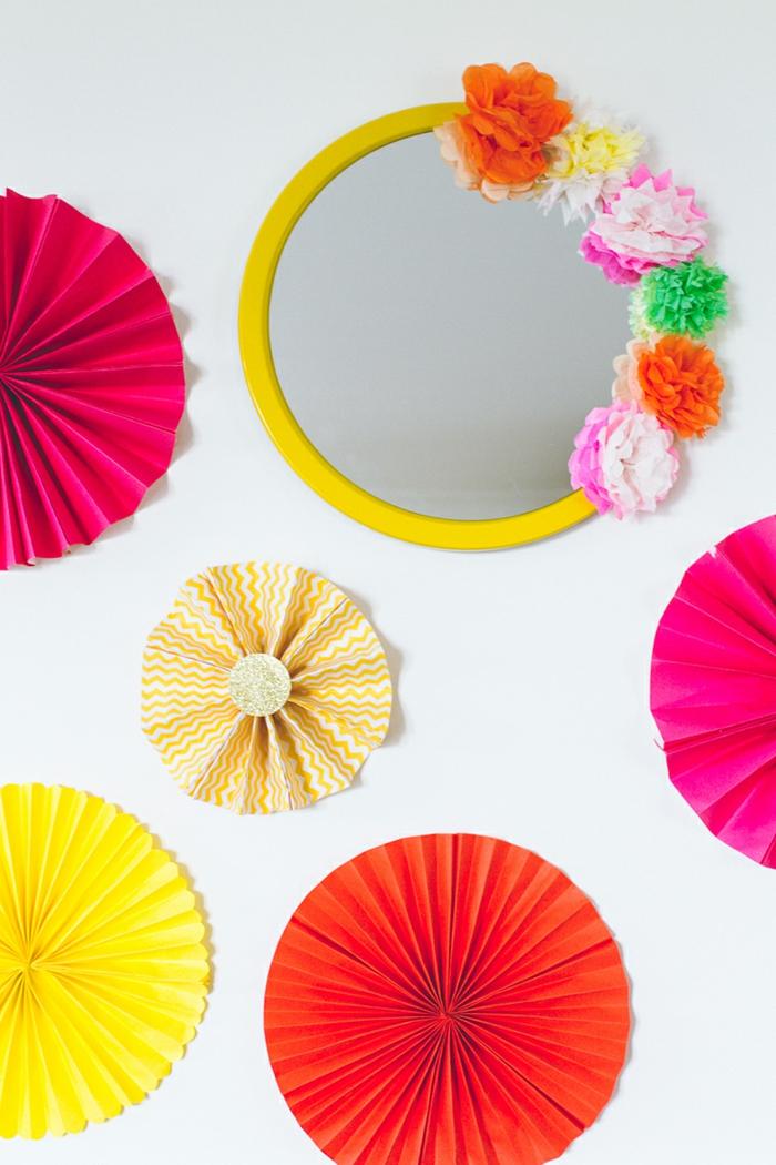 manualidades con cartulina, decoracion con circulos de papel y espejo con flores de cartulina