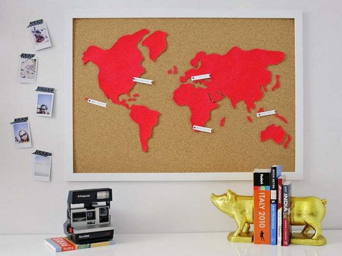 manualidades paso a paso, decoración para escritotio con mapa roja en corcho