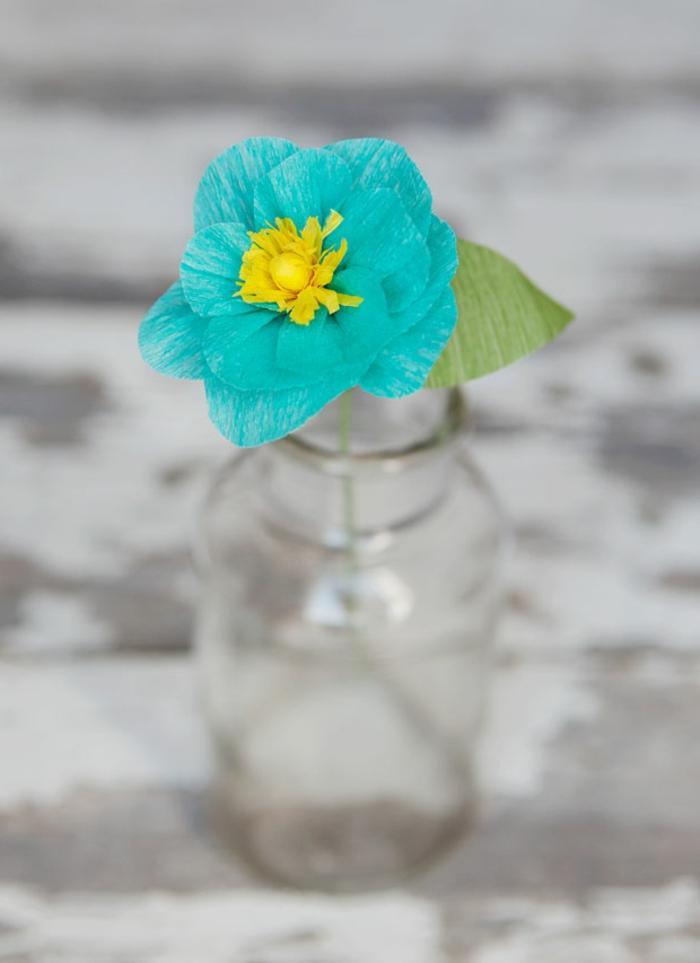 como hacer flores de papel, flow de papel pincho azul con estambre amarillo