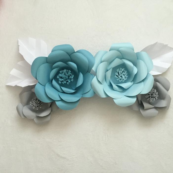 papel pinocho, decoración de pared con flores de papel azul y gris