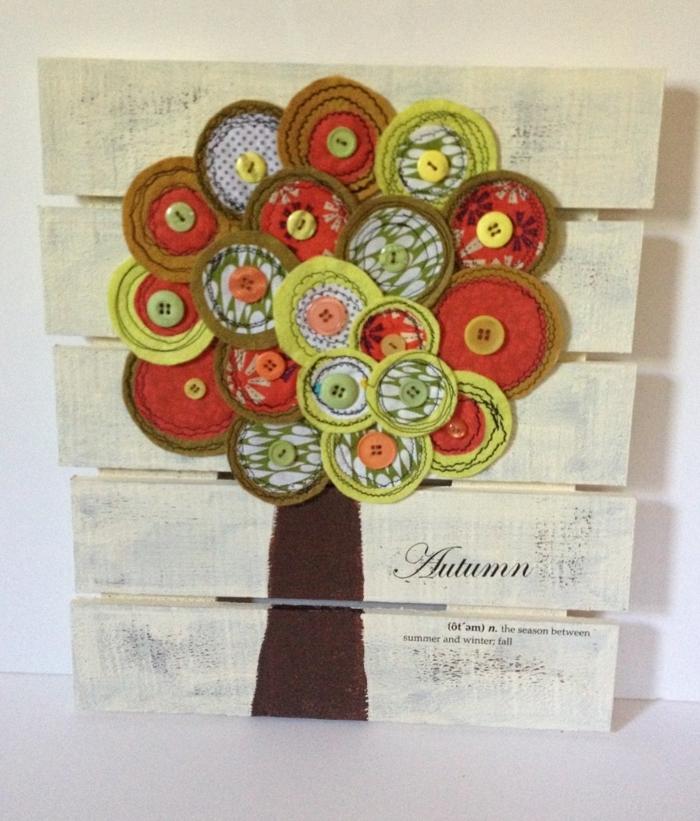 manualidades para niños, decoración con árbol de tela y botones