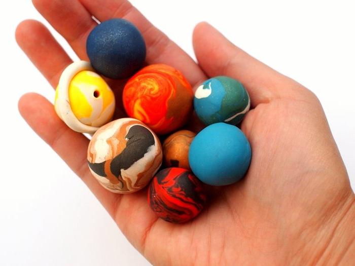 manualidades faciles para niños, esferas de plastilina, hechas a mano