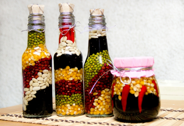 manualidades paso a paso, decoración con botellas y frascos de vidrio llenos de maíz y judías