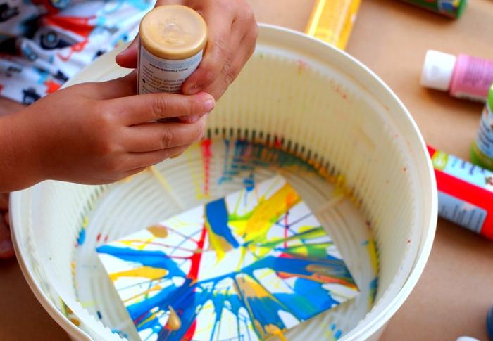 manualidades faciles para niños, arte de giro, decoración multicolor