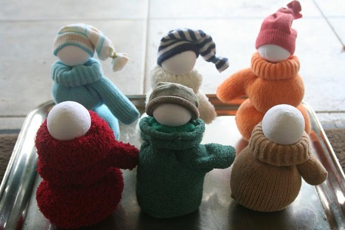 manualidades sencillas, como hacer muñecas de guantes y bolas vlancas