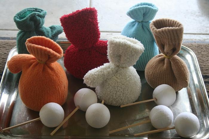 manualidades sencillas, instrucciones para hacer muñecas de guantes viejos