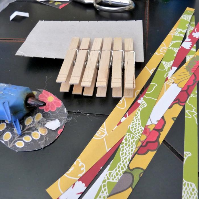 manualidades paso a paso, papel de color, pinzas de madera, carton y pistola de pegamento