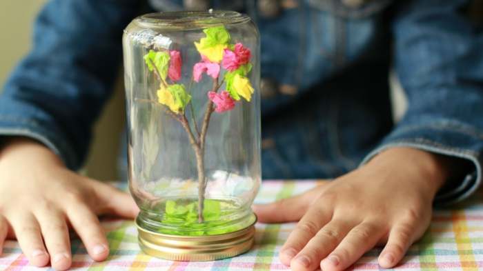 manualidades faciles de hacer, decoración bonita, flores de colores en frasco