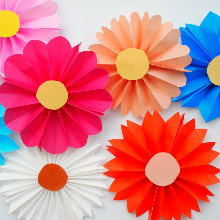 manualidades faciles, decoración casera, flores artificiales en colores
