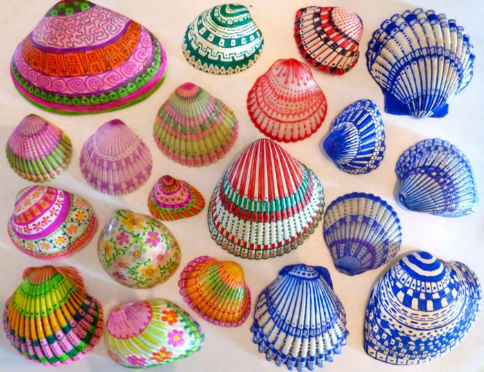 manualidades faciles, conchas en colores vivos, ornamentos divertidos