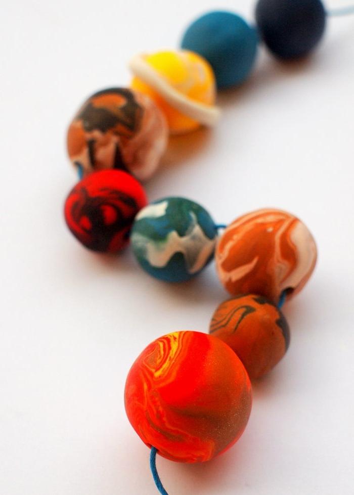 manualidades utiles, bolas de arcilla encoladas, planetas de plastilina