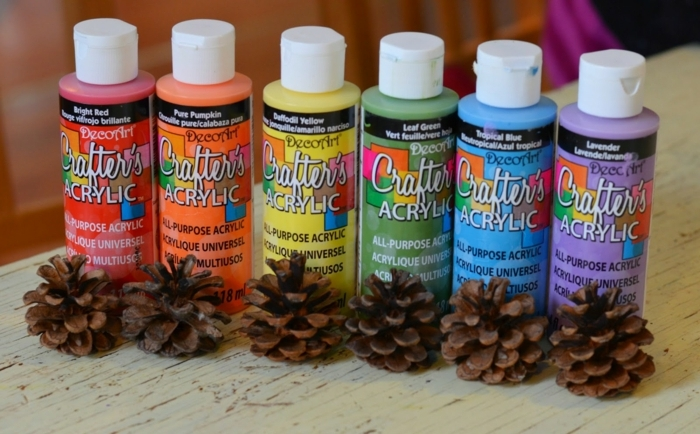 manualidades utiles, pintura de agua, colores de arco iris, piñas pequeñas