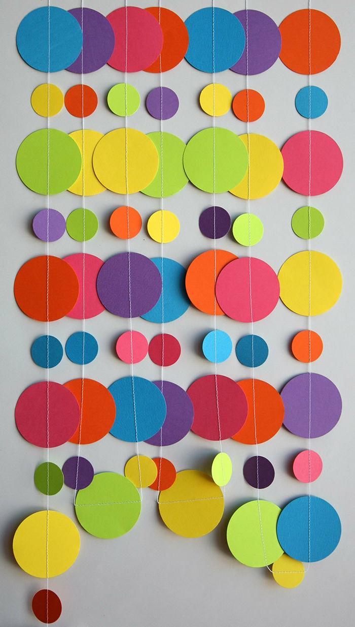 decoracion cumpleaños, guirnaldas con circulos en azul, rojo, verde, amarrillo, rosado