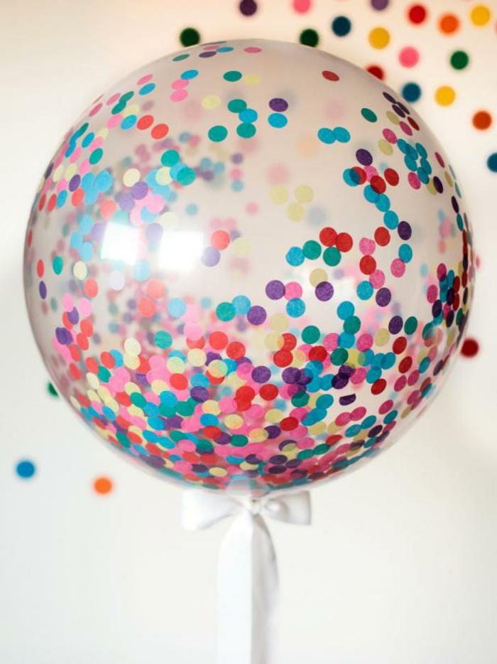 decoracion cumpleaños, globo transparente inflado lleno de confetti multicolor