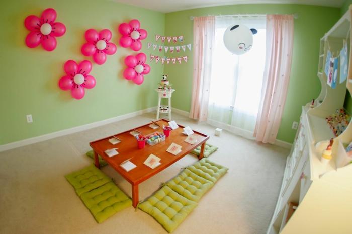 decoracion cumpleaños, decoración con globos de látex en forma de flores, mesa con cojines verdes