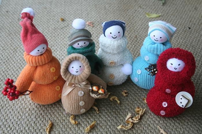 manualidades de papel, decoracion otoño invierno con muñecas de guantes