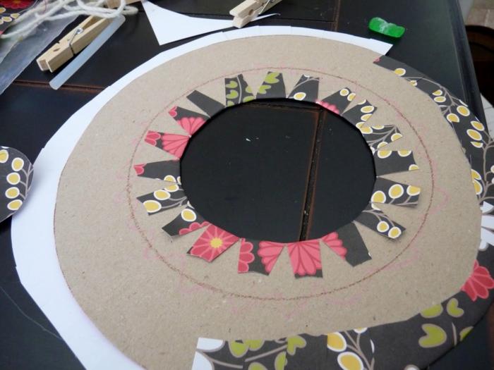 manualidades faciles, pasos para hacer portatés de cartón, tela y pinzas
