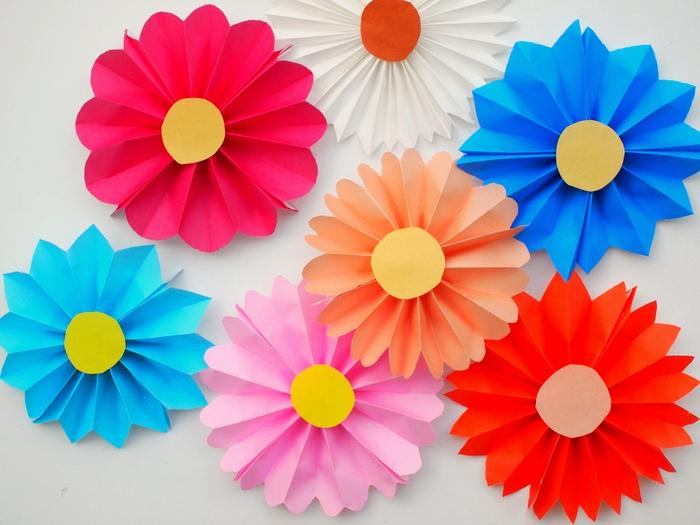 manualidades recicladas, decoración de flores, papel origami doblada