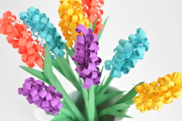 papel pinocho, jacintos de papel en azul, purpura y amarillo con hojas verdes