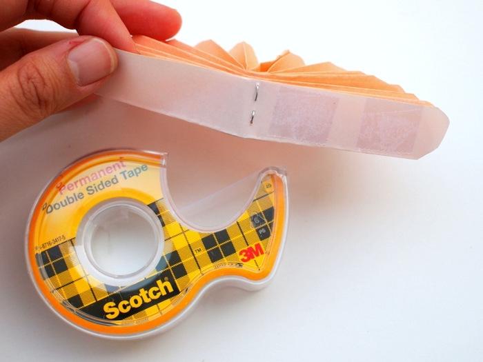 manualidades paso a paso, cinta adhesiva, flor de papel origami color naranja