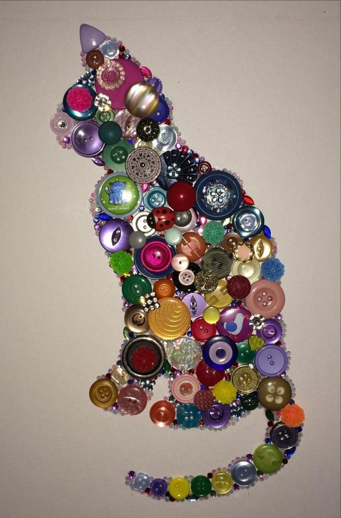 manualidades para niños, decoración con gato hecho de botones coloridos