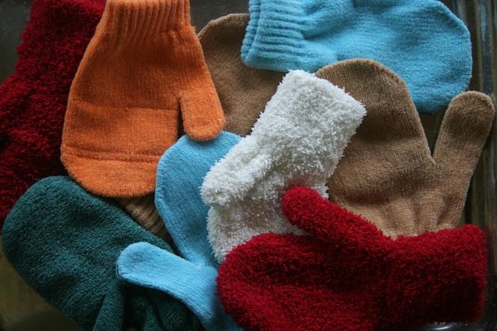 manualidades faciles de hacer, guantes en color naranja, verde, rojo y azul