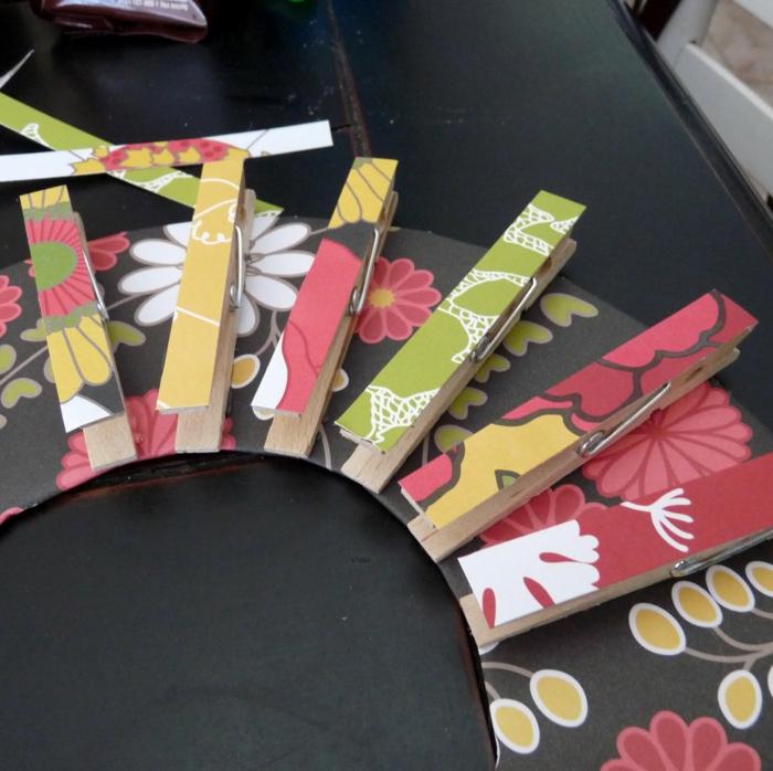 manualidades faciles de hacer, portatés de pinzas, cartón y tela con flores