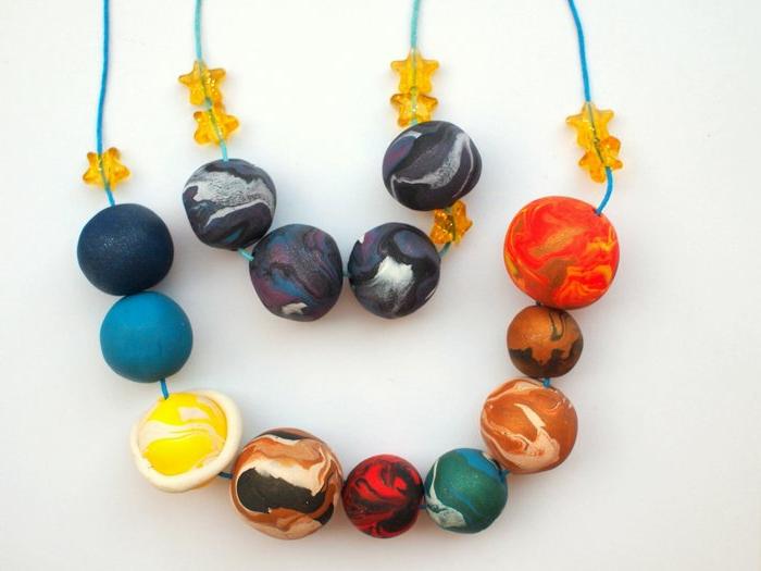 manualidades originales, el sistema solar en collar, esferas de plastilina
