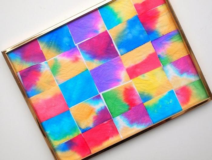 manualidades recicladas, cuadro para adornar la pared, toallas de papel en colores