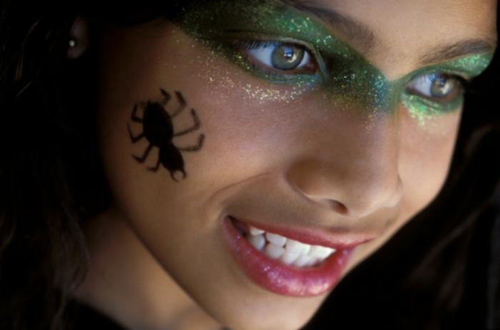 maquillaje halloween niños, idea fácil para las niñas, sobras de brocado en verde, dibujo de araña en la mejilla