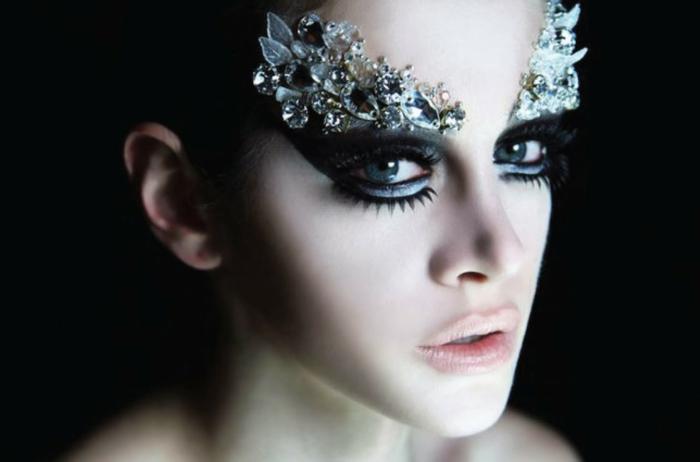 maquillaje halloween niña, bonita decoración pegada encima de las cejas, mirada ahumada, pestañas postizas muy dramáticos, piel y labios pálidos