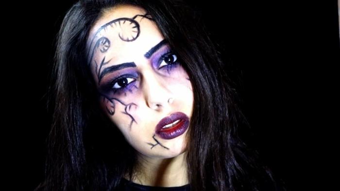 ideas para halloween, bruja mala, maquillaje con tonos oscuros, ornamentos dibujados con lápiz negro, ojos ahumados en lila