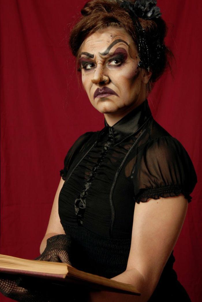 ideas para halloween, cómo disfrazarse de bruja malvada, vestido negro, cejas grandes dibujadas, maquillaje en tonos oscuros